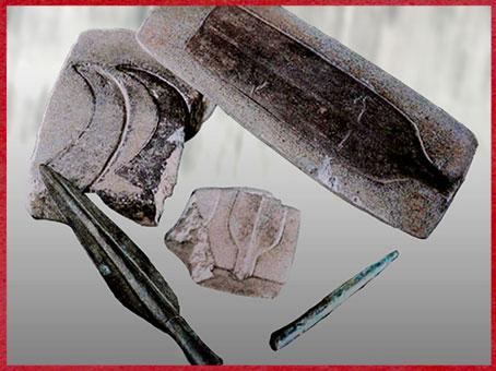 D'après des moules en pierre, pour pointe de lance, racloirs et faucille, Ozieri, Sardaigne, âge du Bronze. (Marsailly/Blogostelle)