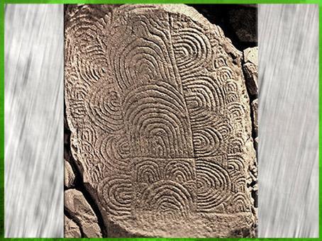 D'après une dalle ornée de méandres, dolmen de Gravinis, vers 3500 avjc, Morbihan, Bretagne, France, IVe millénaire avjc, néolithique. (Marsailly/Blogostelle)