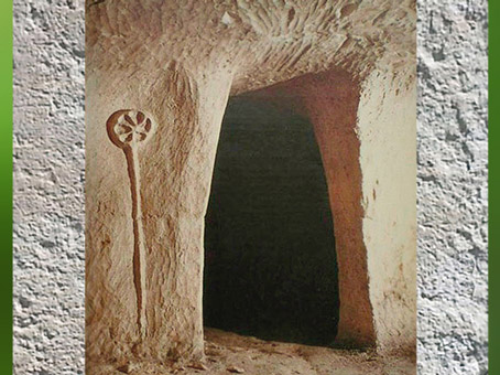 D'après l'entrée d'un hypogée, épingle à rouelle sculptée, Saran, Marne, France, âge du Bronze. (Marsailly/Blogostelle)