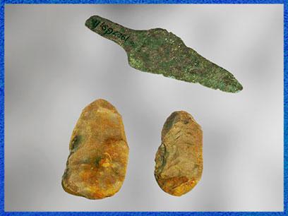 D'après une pointe de lance en bronze et des silex, culture campaniforme, vers 2200 -1200 avjc, Pays-Bas, âge du Bronze. (Marsailly/Blogostelle)