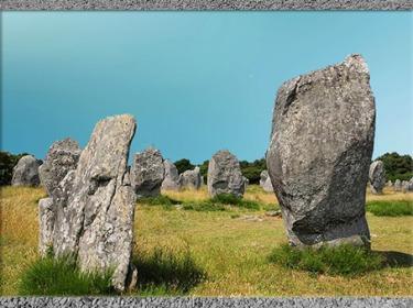 D'après des alignements de menhirs, pierres fichées en terre, Carnac, Bretagne, France, néolithique. (Marsailly/Blogostelle)