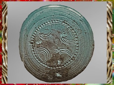 D'après une tête d'épingle, à décor complexe, bronze, Villethierry, Yonne, France, âge du Bronze. (Marsailly/Blogostelle)
