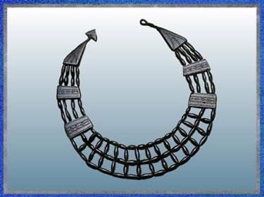 D'après un collier en jais, 100 perles et plaques décorées, Pitkennedy Angus, Grande-Bretagne, Bronze moyen. (Marsailly/Blogostelle)
