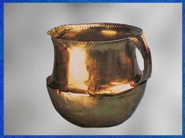 D'après un gobelet en or, forme carénée, Fritzdort, Allemagne, 1900 -750 avjc, âge du Bronze. (Marsailly/Blogostelle)