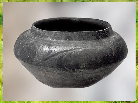 D'après une poterie carénée, céramique rubanée, terre cuite noire, Ve millénaire avjc, Bulgarie, néolithique. (Marsailly/Blogostelle)