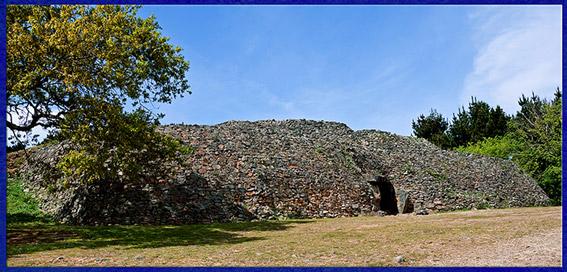 D'après le cairn de Gavrinis, IVe millénaire avjc, mégalithes, Bretagne, France, néolithique. (Marsailly/Blogostelle)
