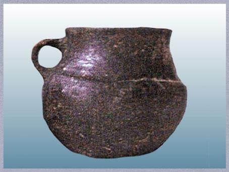 D'après un gobelet caréné, terre cuite, Charentes, France, 1900 -750 avjc, âge du Bronze. (Marsailly/Blogostelle)