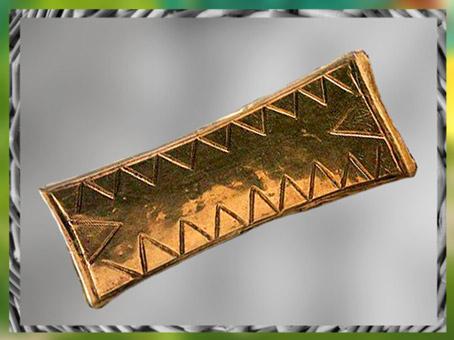 D'après un pendentif, or, motifs triangulaires, tumulus de La Motta, Lannion, Côtes-d'Armor, France, âge du Bronze. (Marsailly/Blogostelle)
