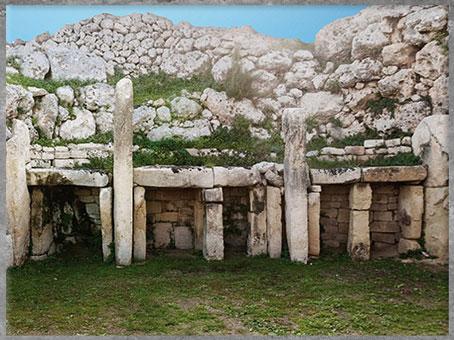 D'après le temple de Ggantija, IVe -IIIe millénaire avjc, complexes mégalithiques de Malte, néolithique. (Marsailly/Blogostelle)