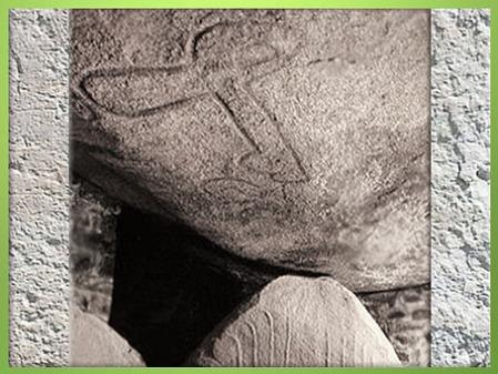D'après le dolmen de la Table des Marchand, hache gravée, 4000-3900 avjc, Locmariaquer, Morbihan, Bretagne, France, IVe millénaire avjc, néolithique. (Marsailly/Blogostelle)