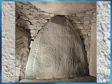 D'après le dolmen de la Table des Marchand, menhir gravé, 4000 - 3900 avjc, Locmariaquer-Gavrinis, Morbihan, Bretagne, France, IVe millénaire avjc, néolithique. (Marsailly/Blogostelle)
