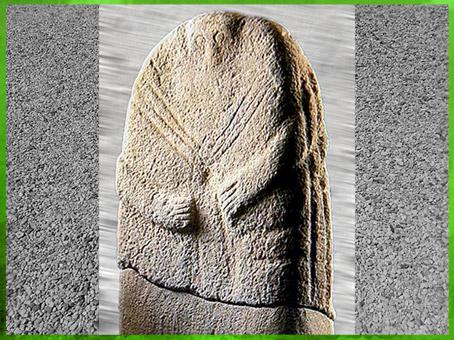 D'après une statue-menhir, traits schématiques et yeux ronds, Aveyron, France, néolithique. (Marsailly-Blogostelle)