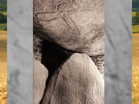 D'après le dolmen de la Table des Marchand, haches et menhir, 4000 -3900 avjc, Locmariaquer, Morbihan, Bretagne, France, IVe millénaire avjc, néolithique. (Marsailly/Blogostelle)
