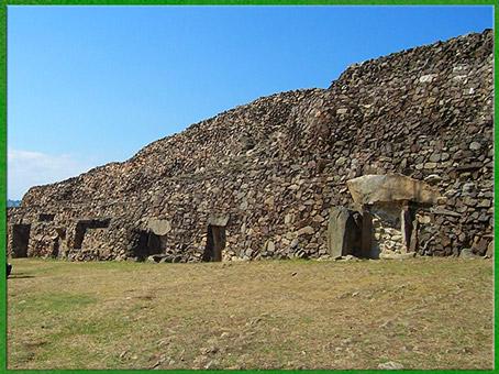 D'après le cairn de Barnenez, muraille, vers 4000 avjc, Plouezoc'h, mégalithes, Finistère, Bretagne, France, néolithique. (Marsailly/Blogostelle)