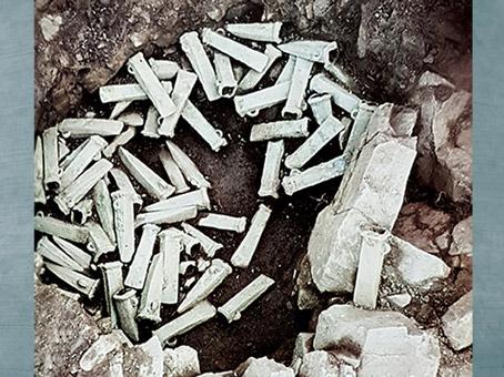 D'après un dépôt de haches à douille, bronze, Côtes-du-Nord, France, âge du Bronze. (Marsailly/Blogostelle)