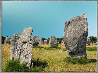 D'après des menhirs, mégalithes fichés en terre, Carnac, Bretagne, France, néolithique. (Marsailly/Blogostelle)