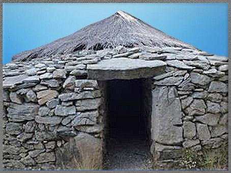 D'après une maison, pierres et chaume, village de Cambous, culture de Fontbouisse, IIIe millénaire avjc, chalcolithique, âge du cuivre. (Marsailly/Blogostelle)