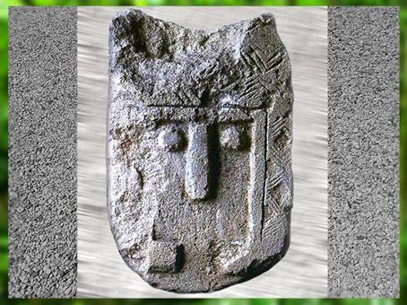 D'après une stèle sculptée, visage stylisé, IIIe millénaire avjc, France, néolithique. (Marsailly/Blogostelle)