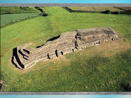 D'après le cairn de Barnenez, vers 4000 avjc, Plouezoc'h, mégalithes, Finistère, Bretagne, France, néolithique. (Marsailly/Blogostelle)
