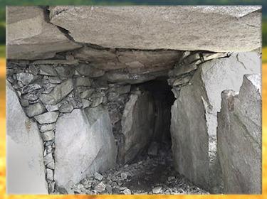 D'après le cairn de Barnenez, couloirs, vers 4000 avjc, Plouezoc'h, mégalithes, Finistère, Bretagne, France, néolithique. (Marsailly/Blogostelle)