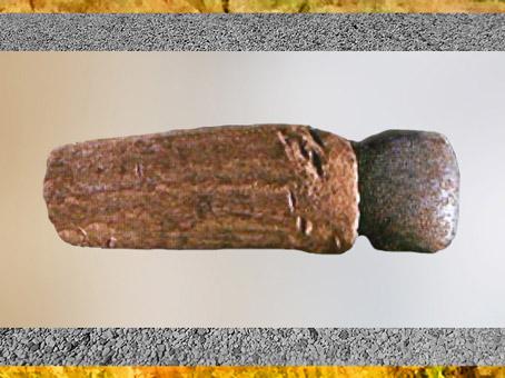 D'après une hache agricole, silex poli, manche en bois, néolithique. (Marsailly/Blogostelle)