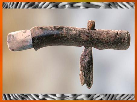 D'après une herminette agricole, silex poli, manche en bois, néolithique. (Marsailly/Blogostelle)