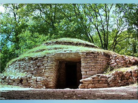 D'après les tumulus de Bougon, en pierres, entre 4000 et 2000 avjc, Deux-Sèvres, France, néolithique. (Marsailly/Blogostelle)