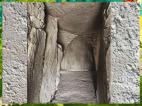 D'après la Table des Marchand, dolmen à couloirs, Locmariaquer- Gavrinis, haches gravées et menhir orné, Bretagne, France, néolithique. (Marsailly/Blogostelle)