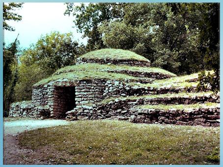 D'après les tumulus de Bougon, à gradins, entre 4000 et 2000 avjc, Deux-Sèvres, France, néolithique. (Marsailly/Blogostelle)