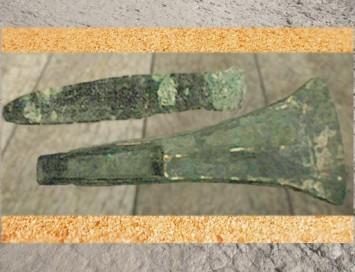 D'après des haches en bronze, Charente, France, âge du Bronze. (Marsailly/Blogostelle)