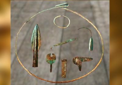 D'après un dépôt votif ou un trésor,objets en bronze, dont une pointe de lance à douille, Calvados, Normandie, France,âge du Bronze. (Marsailly/Blogostelle)