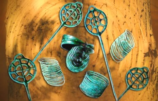 D'après des parures en bronze, dont des épingles à rouelles, mobilier funéraire de Hagueneau, Alsace, France, âge du Bronze. (Marsailly/Blogostelle)