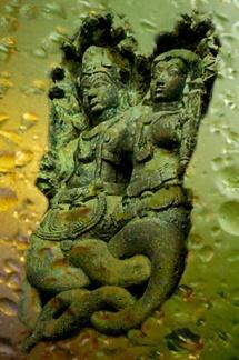D'après un couple de nâgâs, dynastie Hoysala, XIIe-XIVe siècles apjc, Karnataka, Inde du Sud. (Marsailly/Blogostelle.)