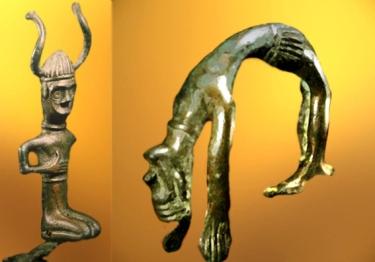 D'après une statuette coiffée de cornes et une figurine de danseur ou d'acrobate, bronze, Danemark,âge du Bronze. (Marsailly/Blogostelle)