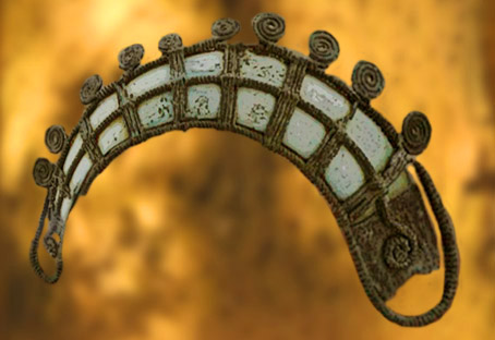 D'après la parure de La Colombine, en défense de sanglier et résille de bronze, vers 1200 ans avjc, France. (Marsailly/Blogostelle.)