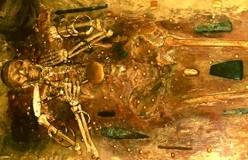 D'après une tombe de Varna, et riche mobilier funéraire, en or et feuille d'or, Bulgarie, âge du Bronze. (Marsailly/Blogostelle)