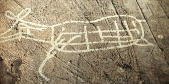 D'après un faon ou une biche, art rupestre, Suède, âge du Bronze. (Marsailly/Blogostelle)