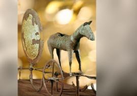 D'après le chariot solaire de Trundholm, en bronze et feuille d'or, vers 1400 ans avjc, Danemark. (Marsailly/Blogostelle.)