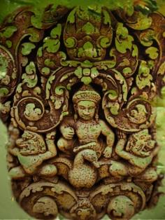 D'après une image du dieu Varuna, Seigneur de l'Océan, sur son Oie Hamsa, Banteay Srei, Xe siècle apjc, Angkor, Cambodge. (Marsailly/Blogostelle.)