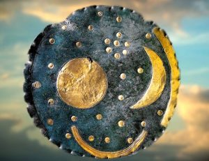 D'après le Disque de Nebra, première représentation du ciel européen, bronze et or, vers 1600 avjc, Allemagne, âge du Bronze. (Marsailly/Blogostelle)
