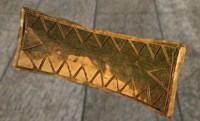 D'après la pendeloque en or du tumulus de La Motta, vers 2000-1600 avjc, Côtes d'Armor, France. (Marsailly/Blogostelle.)