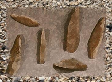 D'après des microlithes aziliens du mésolithique, petits silex taillés. (Marsailly/Blogostelle.)