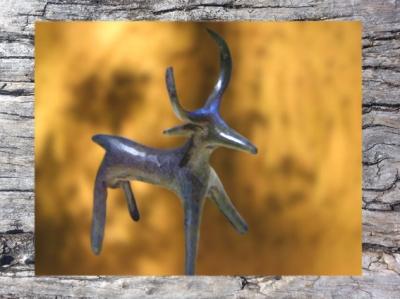 DD'après un cerf en bronze moulé,civilisation de Hallstatt, 750 avjc- 450 avjc, premier âge du Fer. (Marsailly/Blogostelle)
