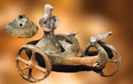 D'après le char de Dupljaja,divinité à tête d'oiseau et palmipèdes,période de l'âge du Bronze, terre cuite, Serbie, Belgrade. (Marsailly/Blogostelle)