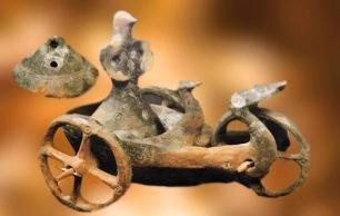 D'après un char rituel, Dupljaja, divinité à tête d'oiseau et palmipèdes, terre cuite, Serbie, Belgrade, âge du Bronze. (Marsailly/Blogostelle)