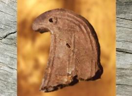 D'après un chenet, céramique, à motif de rapace, France,âge du Bronze. (Marsailly/Blogostelle)