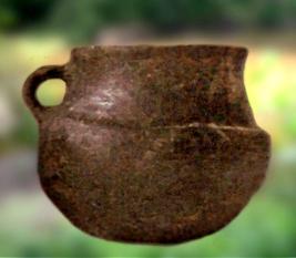 D'après un gobelet caréné en céramique, âge du Bronze, Charentes, France. (Marsailly/Blogostelle.)
