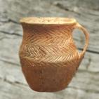 D'après un pichet, terre cuite, décor de chevrons, début âge du Bronze. (Marsailly/Blogostelle)