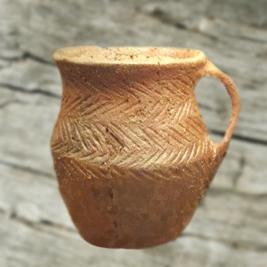 D'après un pichet en terre cuite à décor de chevrons du début de l'âge du Bronze. (Marsailly/Blogostelle.)