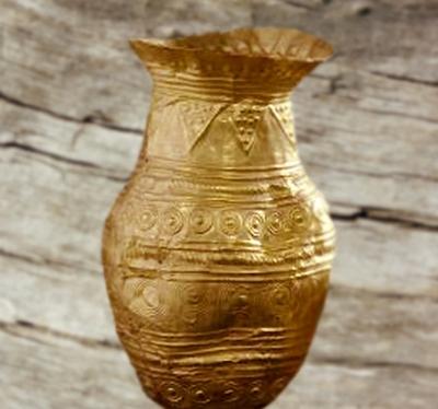 D'après un vase en or, à motifs géométriques et bossettes, âge du Bronze. (Marsailly/Blogostelle)